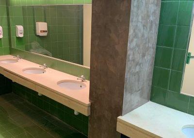 Baño comercial con microcemento